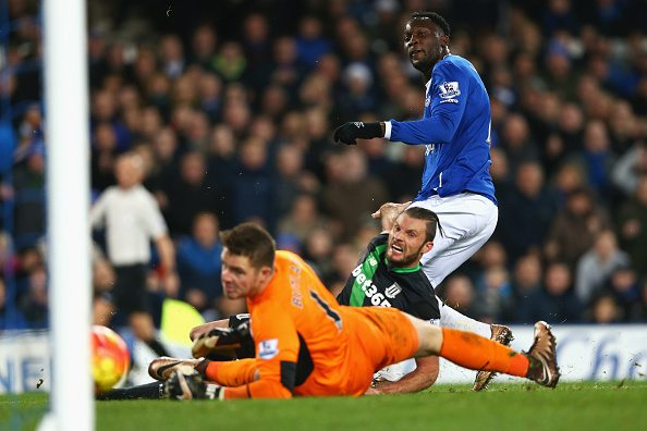 LIVERPOOL, ENGLAND - DECEMBER 28: Romelu Lukaku of Everton scores his team's second goal during the Barclays Premier League match between Everton and Stoke City at Goodison Park on December 28, 2015 in Liverpool, England. (Photo by Clive Brunskill/Getty Images)