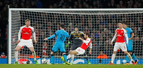 LONDON, ENGLAND - FEBRUARY 23: Lionel Messi of Barcelona is fouled by Mathieu Flamini of Arsenal for a penalty during the Champions League match between Arsenal and Barcelona at The Emirates Stadium on February 23, 2016 in London, United Kingdom. (Photo by Mitchell Gunn/Getty Images) *** Local Caption ***Lionel Messi;Mathieu Flamini