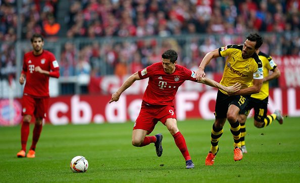 MUNICH, GERMANY - OCTOBER 04: Mats Hummels (R) of Borussia Dortmund challenges Robert Lewandowski of Bayern Muenchen during the Bundesliga match between FC Bayern Muenchen and Borussia Dortmund at Allianz Arena on October 4, 2015 in Munich, Germany. (Photo by Boris Streubel/Getty Images)
