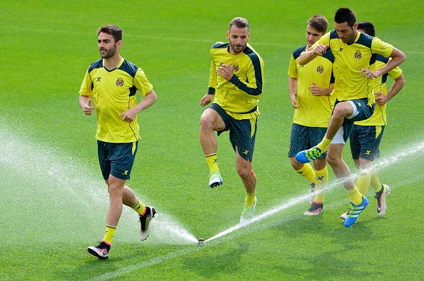 (FromL) Villarreal's forward Adrian Lopez, Villarreal's forward Roberto Soldado, Villarreal's defender Denis Suarez and Villarreal's midfielder Bruno Soriano run during a training session at El Madrigal stadium in Vila-real on April 27, 2016 on the eve of the UEFA Europa League semi-final first leg football match Villarreal CF vs Liverpool FC. / AFP / JOSE JORDAN (Photo credit should read JOSE JORDAN/AFP/Getty Images)